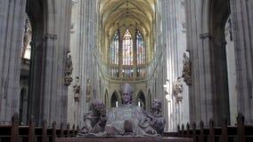 Dentro la vista della cattedrale cattolica con le colonne, le statue di papa ed i vetri macchiati archivi video