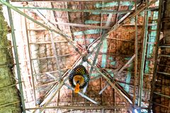 Dentro lo sguardo del tetto fatto delle foglie di palma secche e della struttura di bambù del bastone fotografia stock