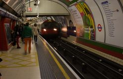 Dentro Londra sotterranea a Londra, l'Inghilterra fotografie stock libere da diritti