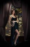 Dentro retrato da jovem mulher no vestido de noite com a máscara fotografia de stock royalty free