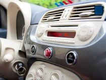 Dentro un'automobile: cruscotto e interior design Immagine Stock