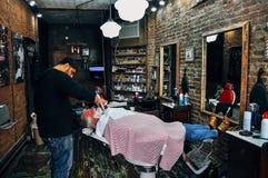 Dentro un barbiere anziano Shop in Manhattan fotografie stock
