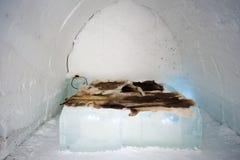 Dentro un iglù con icebed Fotografia Stock Libera da Diritti
