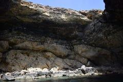 Dentro un mare frani il mar Mediterraneo fuori dalla costa di Malta fotografia stock libera da diritti