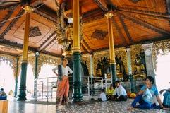 Dentro un tempio alla pagoda di Shwedagon in Rangoon Immagini Stock Libere da Diritti