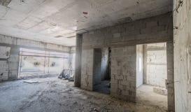 Dentro una casa del calcestruzzo e del mattone in costruzione Fotografia Stock Libera da Diritti