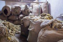 Dentro una costruzione di stoccaggio della lana Fotografia Stock Libera da Diritti