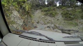 Dentro una jeep su una strada nepalese archivi video