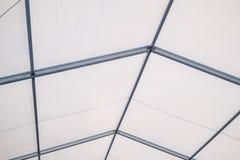 Dentro una tenda foranea di alluminio della struttura della chiara tenda foranea blu della portata fotografia stock