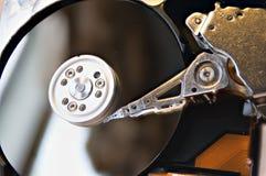Dentro vecchio disco rigido meccanico con la testina di lettura/scrittura fotografia stock