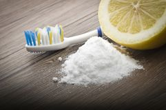 Dents blanches avec le citron et le bicarbonate de soude image libre de droits