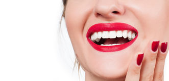 Dents blanches et lèvres rouges Sourire femelle parfait après le blanchiment des dents Photo stock