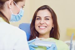 Dents blanchissant la clinique dentaire images stock