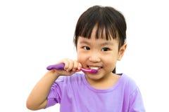 Dents de brossage chinoises de petite fille Photographie stock libre de droits