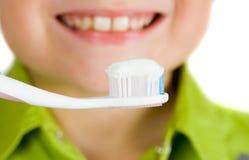 dents de brossage d'enfant Photos libres de droits