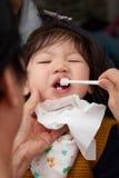 Dents de brossage d'enfant en bas âge de bébé avant sommeil images stock