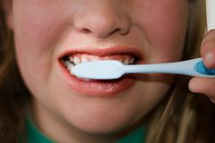 Dents de brossage d'enfant plus âgé image libre de droits