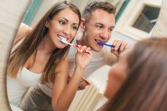 Dents de brossage de couples photographie stock libre de droits