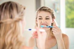 Dents de brossage de femme photo stock