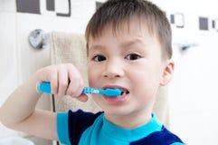 Dents de brossage de garçon, soins dentaires d'enfant, concept d'hygiène buccale, portrait d'enfant dans la salle de bains avec l photo stock