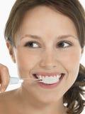 Dents de brossage de jeune femme images libres de droits