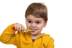 Dents de brossage de Little Boy sur le fond blanc Photo libre de droits