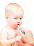 Dents de brossage de mère de son petit bébé photographie stock libre de droits
