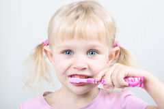 Dents de brossage de petite fille Photo stock
