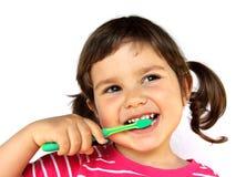 Dents de brossage de petite fille image stock