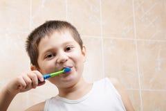 Dents de brossage en plan rapproché de salle de bains Images stock