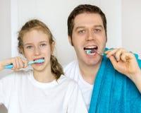 Dents de brossage de famille photos stock