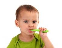 Dents de brossage mignonnes de petit garçon, d'isolement sur le blanc image stock