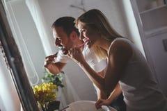 Dents de lavage de couples dans le matin images stock