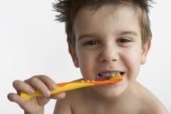 Dents de lavage de garçon photographie stock libre de droits