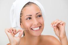 Dents de nettoyage avec le fil dentaire image libre de droits