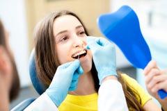 Dents de nettoyage avec le fil dentaire image stock