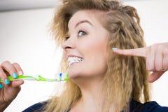 Dents de nettoyage de brossage de femme Photos libres de droits