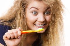 Dents de nettoyage de brossage de femme Photos stock