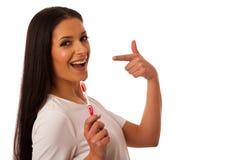Dents de nettoyage de femme avec la brosse à dents pour l'hygiène et le hea parfaits image libre de droits