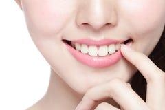 Dents de santé de jeune femme Photographie stock libre de droits