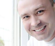 Dents de sourire de blanc du visage de l'homme heureux Photographie stock libre de droits