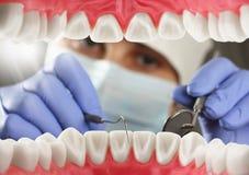 Dents patientes de contrôle de dentiste, vue intérieure de bouche Images libres de droits