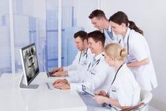 Dentyści egzamininuje szczęki xray na komputerze zdjęcie royalty free