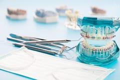 Dentystów narzędzia i ortodontyczny model Obrazy Royalty Free
