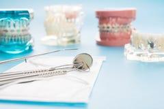 Dentystów narzędzia i ortodontyczny model Obrazy Stock