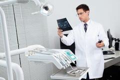 Dentysta Analizuje promieniowanie rentgenowskie raport Zdjęcie Royalty Free