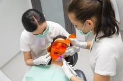 Dentysta bieleje twój zęby jego pacjent Zdjęcie Royalty Free