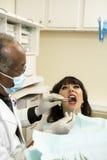 Dentysta daje oralnemu egzaminowi Obrazy Stock