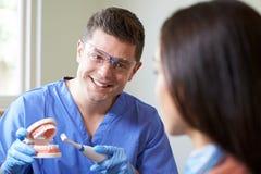 Dentysta Demonstruje Use Elektryczny Toothbrush kobieta Clien Obraz Stock