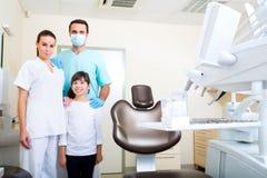 Dentysta drużyna z dziewczyną troszkę fotografia stock